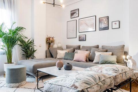 Salón con sofá modular decorado en colores pasteles