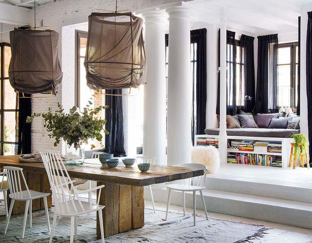 un piso bohemio, decorado con blanco y madera, en barcelona