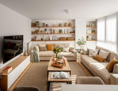 salón moderno con dos sofás de color beige, mesas de centro tipo nido y pared con tres estantes de madera