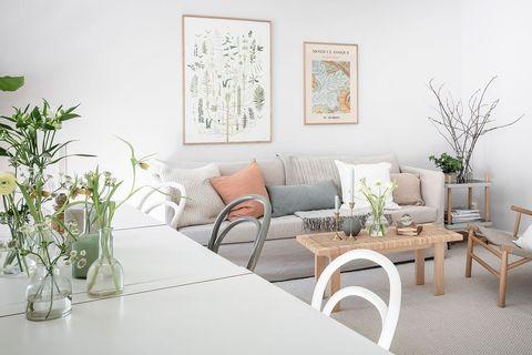 salón de estilo nórdico y vintage decorado en tonos neutros con fibras