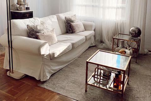 salón con sofá blanco y decoración ecléctica