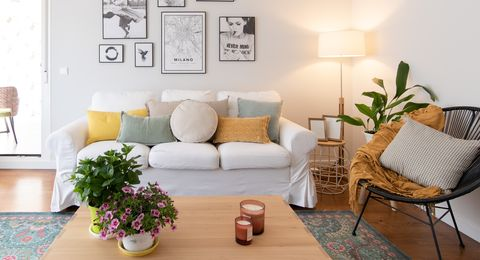 salón moderno decorado con color