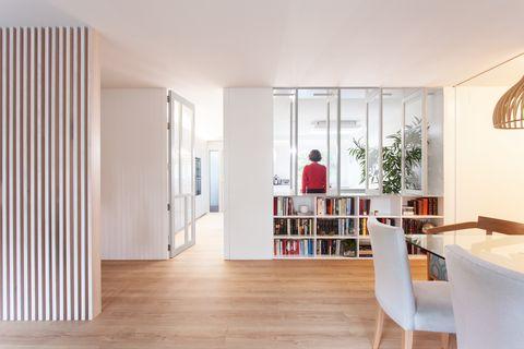 salóncomedor con biblioteca diseñado en blanco con estilo moderno
