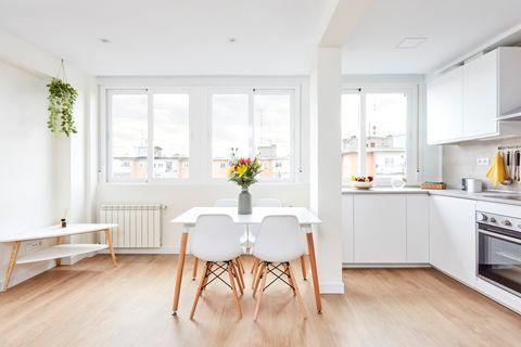 cocina con office de diseño nórdico en blanco