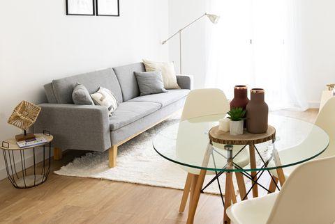 salón con office de diseño nórdico en tonos neutros