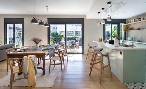 Cocina abierta al comedor y al salón con vistas a la terraza