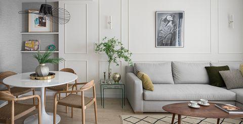 salón comedor decorado en tonos neutros con diseño chic contemporáneo y molduras en las paredes