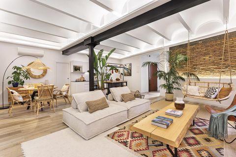piso industrial y tropical amplio salón comedor con cocina abierta