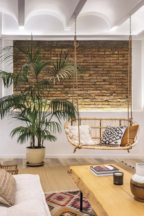 piso industrial y tropical salón con balancín colgante