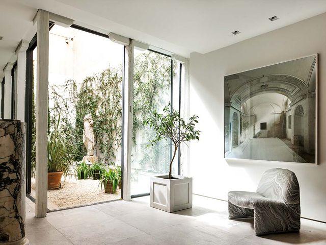 un piso elegante y clásico con patio interior diseñado por luis puerta