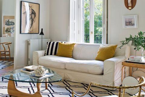 piso en madrid obra de maría santos, cálido y moderno salón en tonos claros y madera