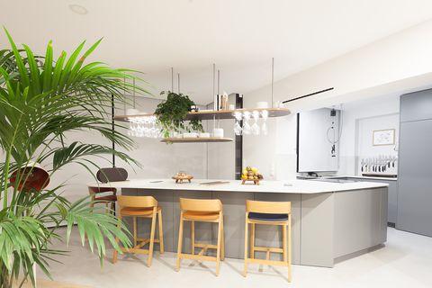 cocina abierta con barra de desayunos en tonos grises