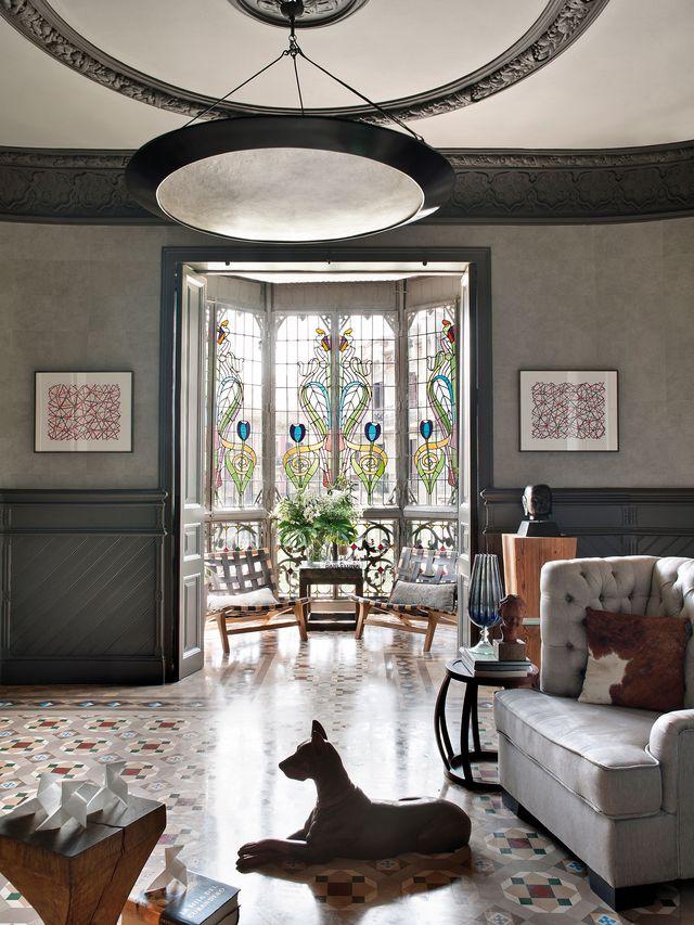 piso modernista en barcelona con vidrieras y suelo hidráulico