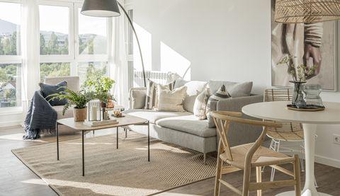 salón comedor de diseño nórdico decorado en tonos claros