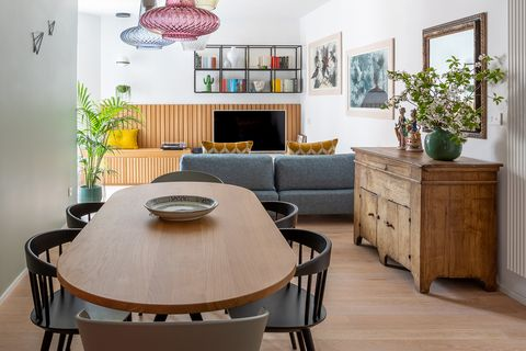salón comedor de diseño moderno decorado con color y un aparador antiguo de madera