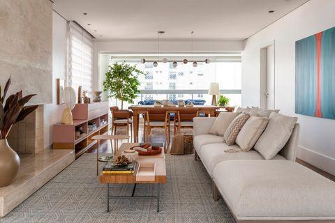 salón comedor de diseño contemporáneo decorado con arte y plantas
