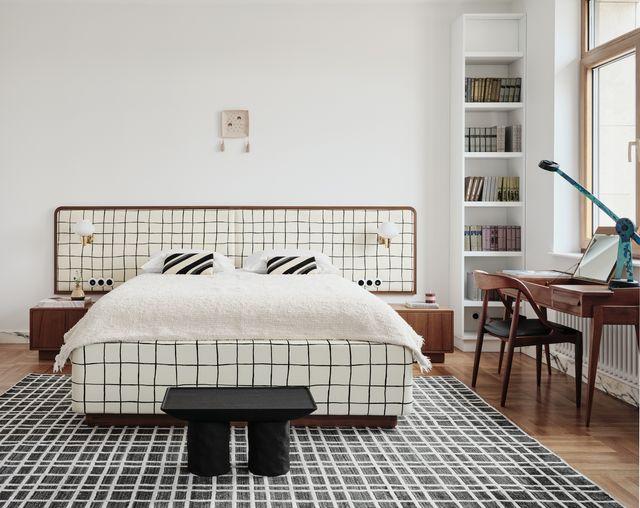 un piso pequeño muy elegante decorado con blanco, negro y madera