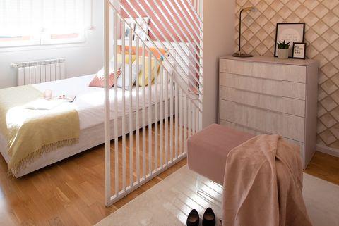 dormitorio chic con celosía como divisor de ambientes