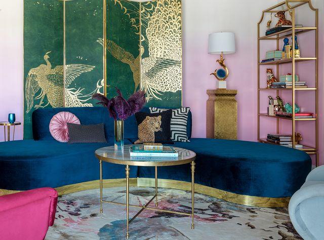 piso decorado con mucho color y estilo ecléctico salón sofá curvo azul biombo verde y dorado