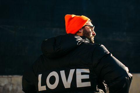 Innamorarsi ha mille benefici, uno è preziosissimo soprattutto in inverno