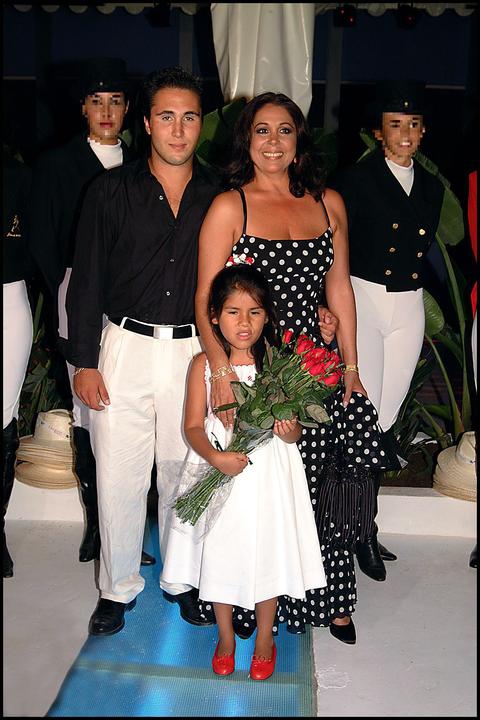 isabel pantoja posando con sus hijos, isabel y kiko, durante una celebración cuando era pequeños