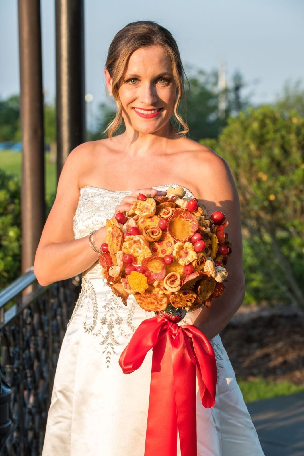 Brides are carrying pizza bouquets down the aisle instead of flowers izmirmasajfo