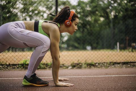 una chica se prepara para empezar a correr durante un entrenamiento