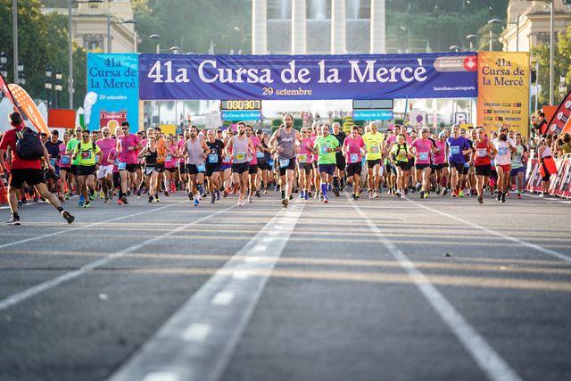 una imagen de la salida masiva de la carrera cursà de la mercè de barcelona