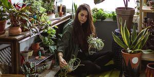vrouw omringt met planten