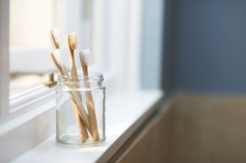 Brosses à dents familiales sans plastique dans la salle de bain