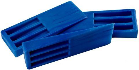 Синие пластиковые клинья сложены на вид сбоку