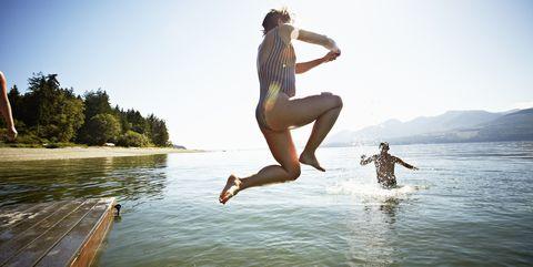 Vrouw springt in natuurwater Nederland