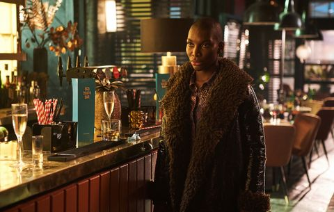 michael coel en la barra de un bar en la serie podría destruirte