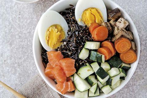 poke bowl de verduras y salmón