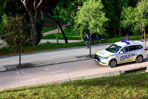 la policía municipal vigila a un paseante en la dehesa de la villa de madrid durante el cierre de parques para hacer deporte