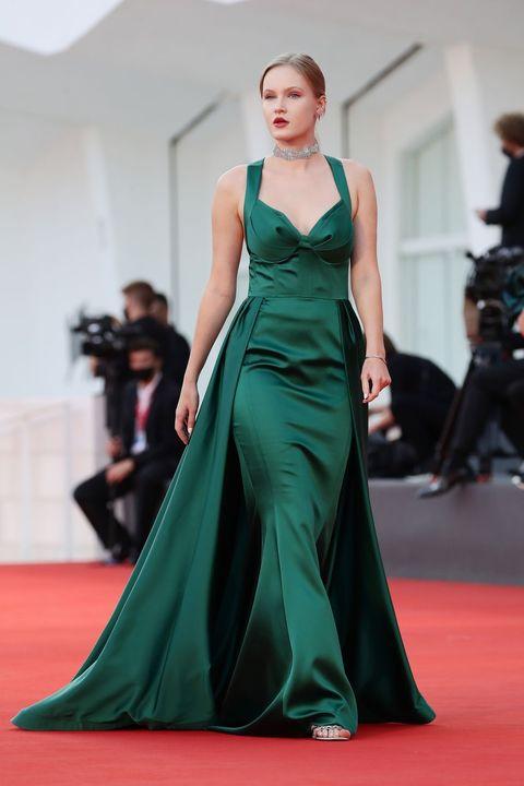 Flooring, Dress, Shoulder, Joint, Red, Carpet, Formal wear, Style, Gown, Fashion model,