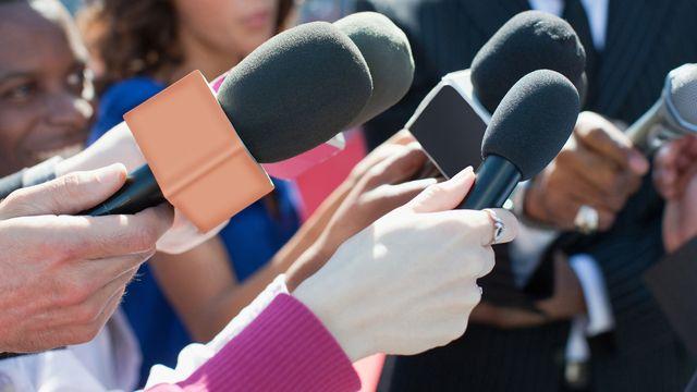 micrófonos de reporteros de televisión