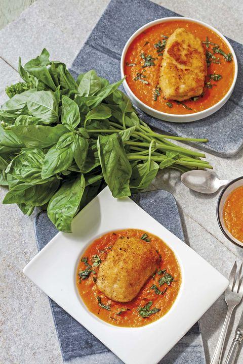 pollo empanado con salsa de tomate