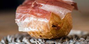 Pommes Dauphine con hierbas y jamón Cinco Jotas (Alexandre Mazzia)