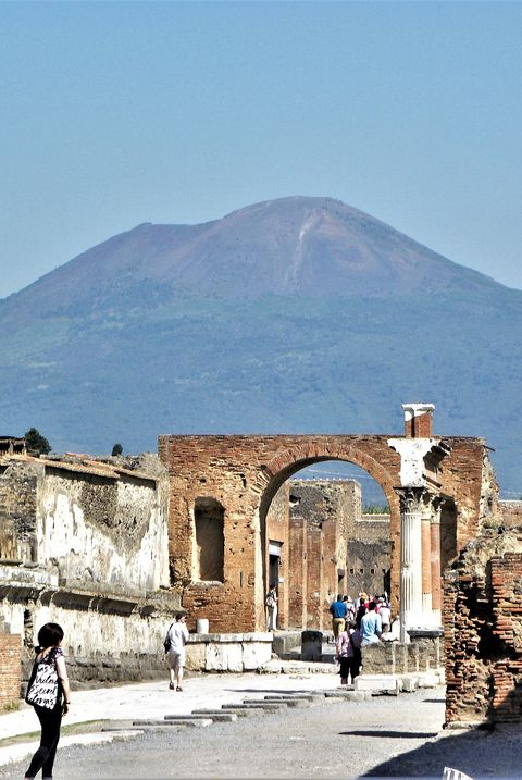 mount vesuvius overlooking the ruins of pompeii