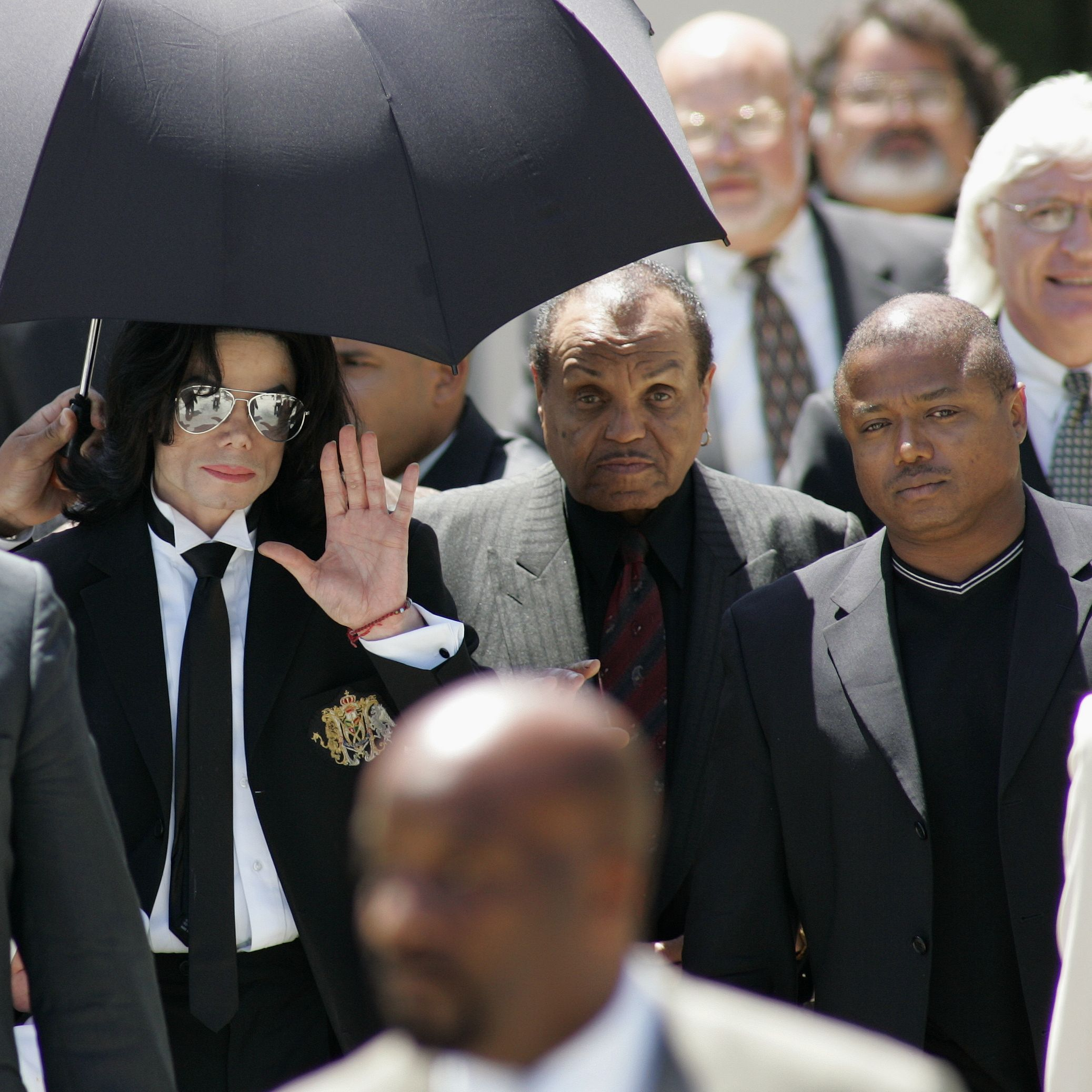 Jackson arrives to court with his father, Joe, and his brother Randy.