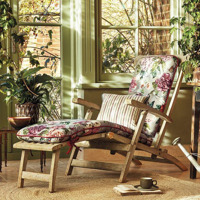 nuevo country porche con tumbona de madera y colchoneta de flores