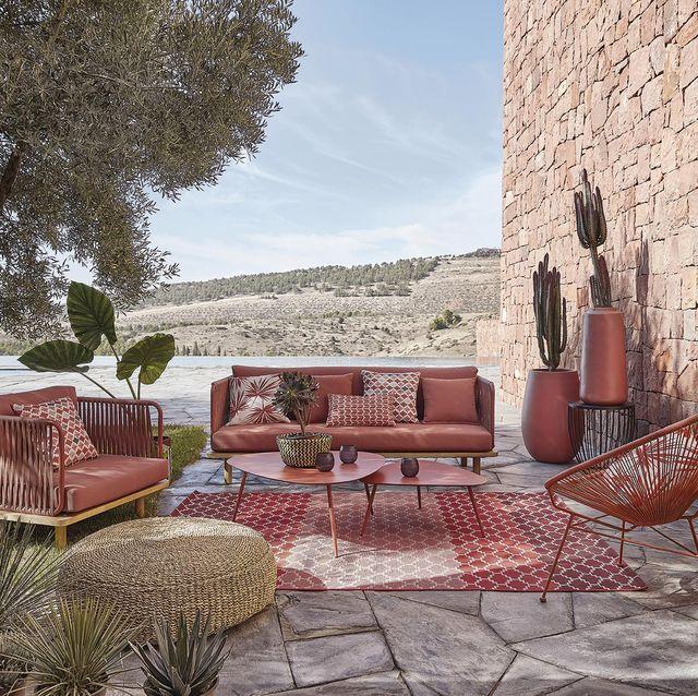 porche salón exterior con muebles rojos