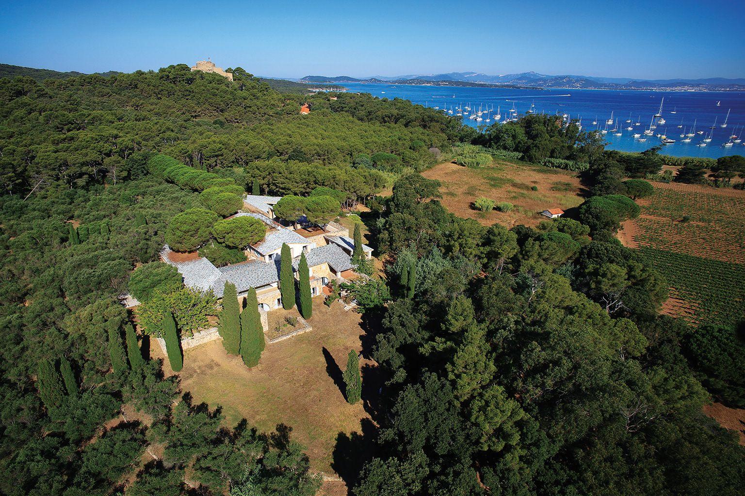 Construida en los 80 por el arquitecto Henri Vidal, la Villa tendrá un parque de esculturas de 15 hectáreas y un jardín que pone en valor las especies autóctonas, obra del paisajista francés Louis Benech.
