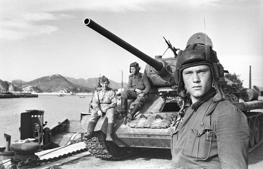 Um comandante soviético do tanque de batalha T-34 posa para uma foto durante a Segunda Guerra Mundial