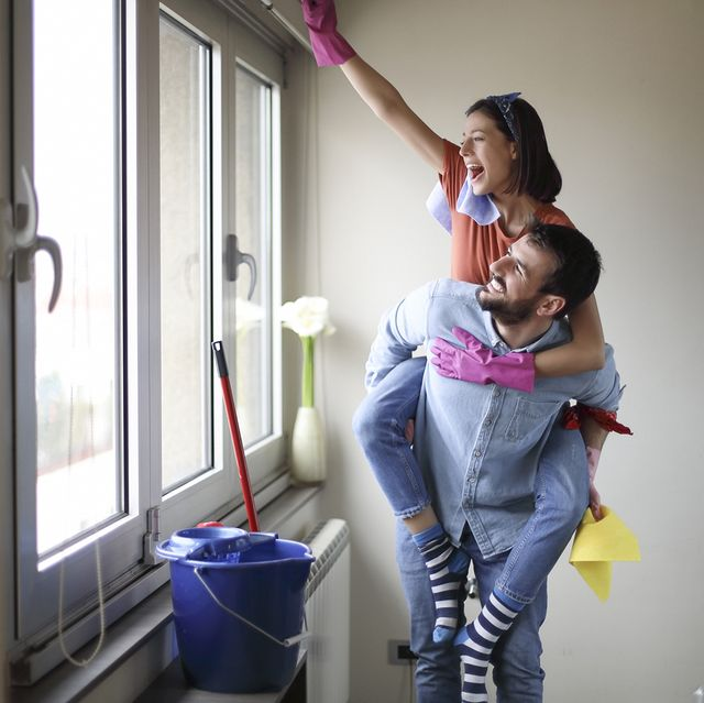 pareja limpiando el apartamento de ácaros y polvo