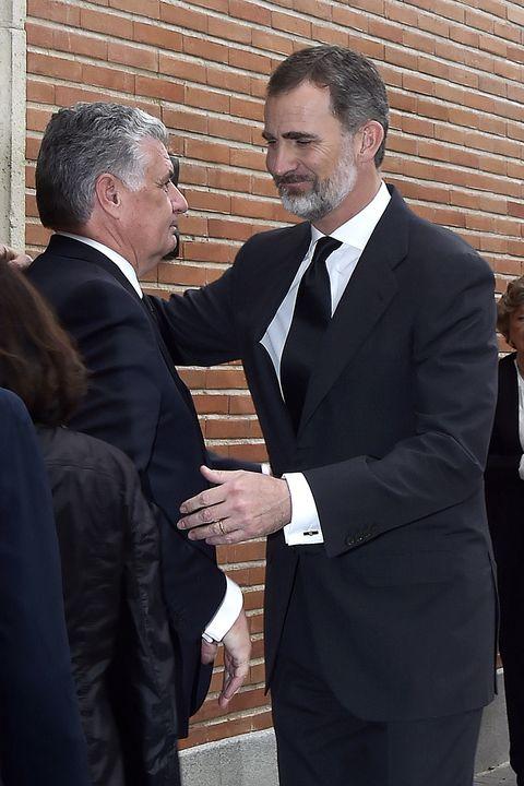 Suit, Formal wear, Event, Tuxedo, Gesture, White-collar worker, Businessperson, Handshake, Conversation, Official,