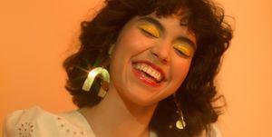 Jonge lachende vrouw