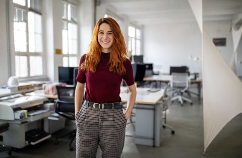 una mujer trabajadora en su oficina