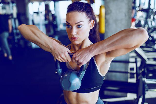 kettlebell allenamento attrezzo per rafforzare muscoli corpo